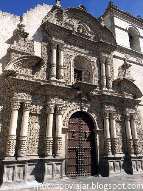 La bonita fachada de la Iglesia de la Compañía en Arequipa, Perú