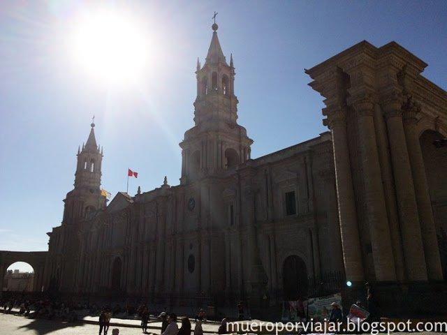 Impresionante fachada de la Catedral de Arequipa, Perú