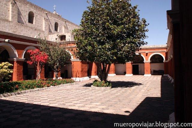 Patio exterior en el Monasterio de Santa Catalina, Arequipa