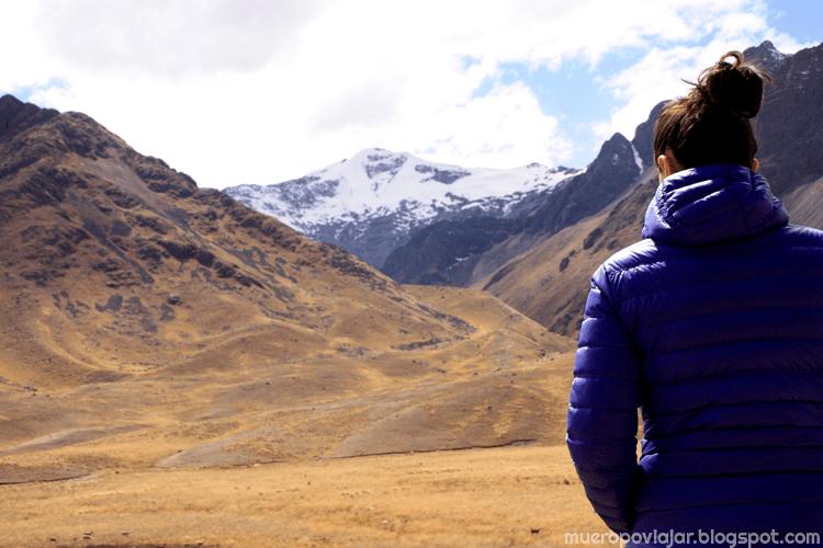 Punto de cambio de provincia entre Puno y Cusco con los Andes de fondo. Muy bonito