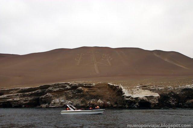 Vista espectacular del Candelabro en la ladera de la isla en Ica