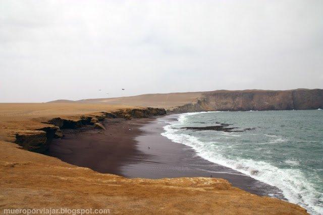 Espectacular playa roja en la reserva nacional de Paracas