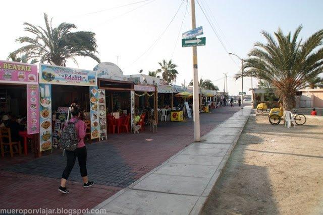 Paseo marítimo de Paracas, con sus restaurantes a pie de playa