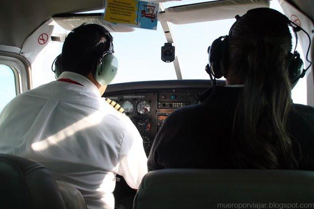 El capitán del vuelo y la copiloto/azafata preparando todo para comenzar el vuelo