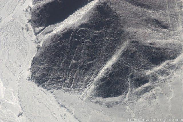 El Astronauta en la ladera de una montaña en las Lineas de Nasca, Perú