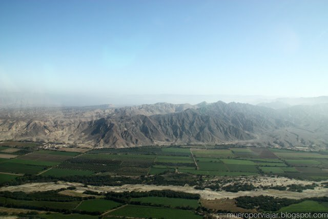 Al lado de las lineas hay campos de cultivo, montañas y la ciudad de Nasca, es una vista muy bonita