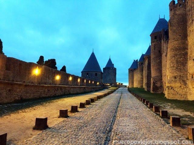 Camino entre las murallas de Carcassonne, Francia