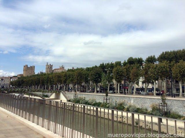 Vista del Castillo de los Archevêques de Narbonne desde el Canal du midi