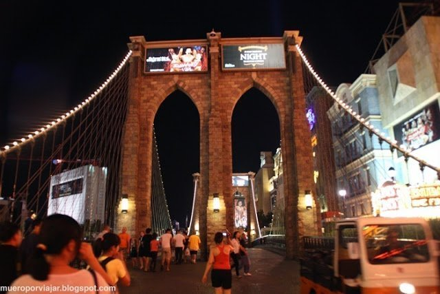 El acceso al hotel se hace mediante una replica del puente de Brooklyn