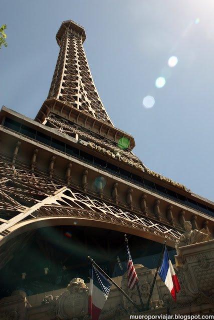 Una replica de la torre Eiffel nos da la bienvenida en el Hotel Paris Las Vegas