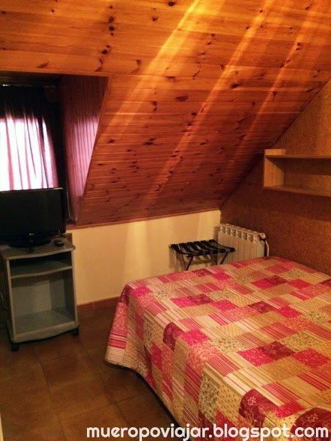 La habitación era pequeña pero disponía de lo esencial para descansar