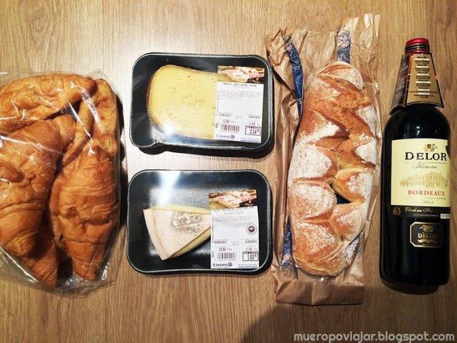 Queso, cruasán, pan y vino. Típica compra si visitas Francia