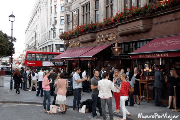 Al salir del trabajo es típico ir a tomar cervezas a los pubs londinenses con los compañeros y amigos