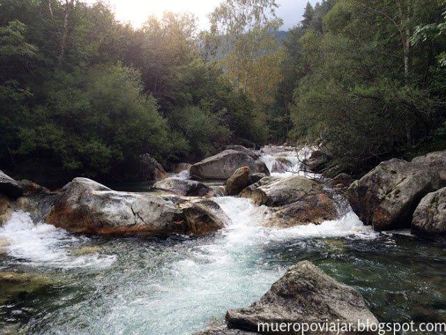 Durante el trayecto vas cruzando con el rio y hay vistas muy bonitas