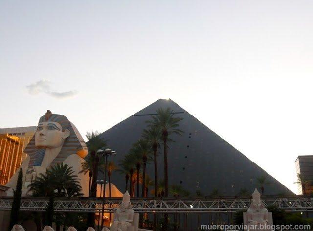 El Hotel Luxor tiene forma de Pirámide y hasta una esfinge en la entrada!