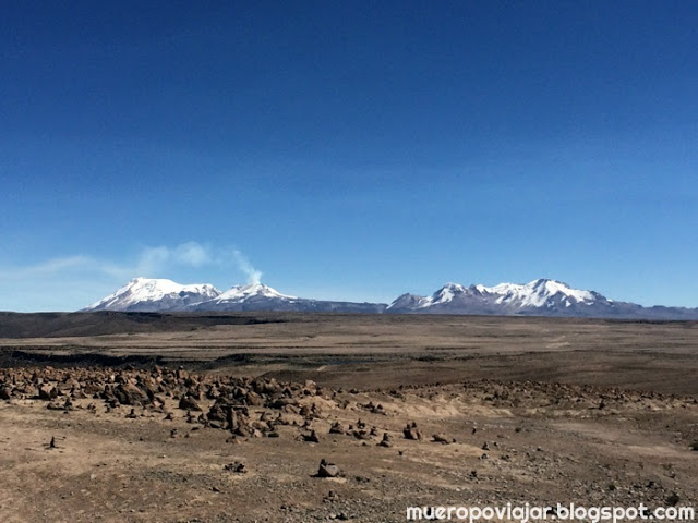 Desde el Patapampa se pueden ver los volcanes cercanos, alguno esta activo en la actualidad