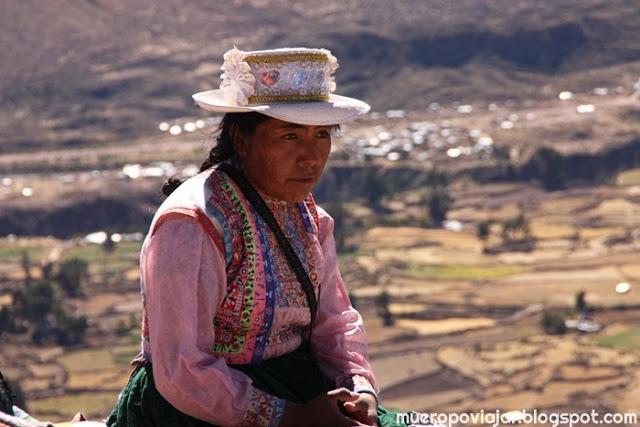 Vendedora vestida con traje tradicional de Perú