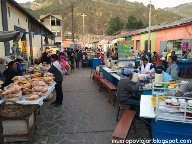 En el mercado puedes comprar comida y también comer en los diversos puestos que hay en todo el recorrido