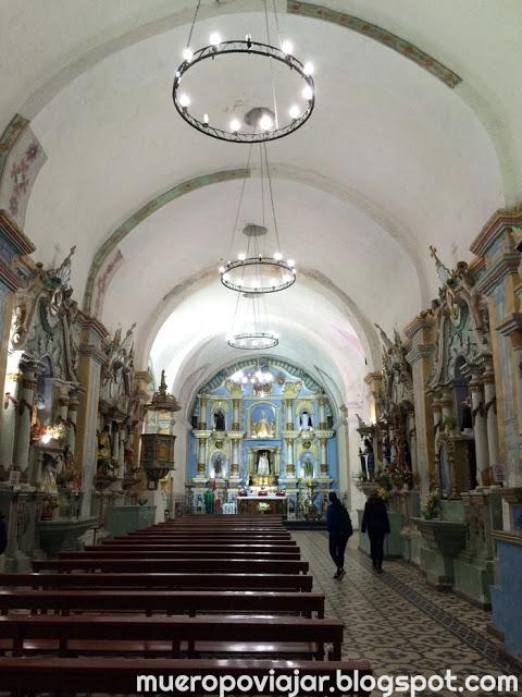 La decoración de la iglesia es muy bonita y colorida en la parte frontal