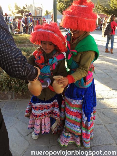 Niños del pueblo de Yanque vestidos con las prendas típicas de Perú