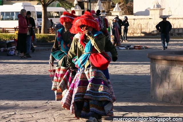 Niños del pueblo de Yanque preparados para realizar el baile como cada mañana