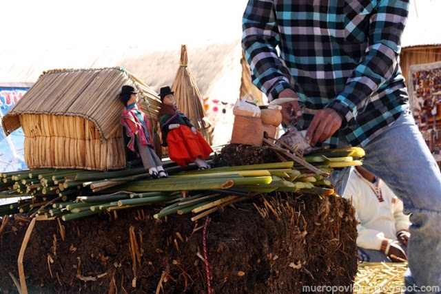 Reconstrucción de Isla de Uros para explicar cómo están construidas y como funcionan