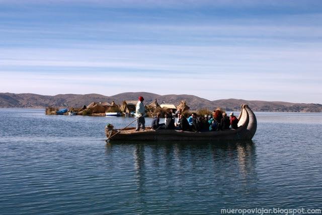 Puedes pasear en un barco de totora, toda una experiéncia