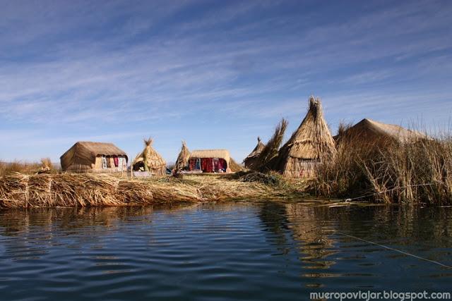 Las islas de los Uros flotan a la deriva durante su vida útil