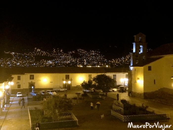 La vista nocturna de la plaza y de la ciudad es muy bonita desde el barrio de San Blas