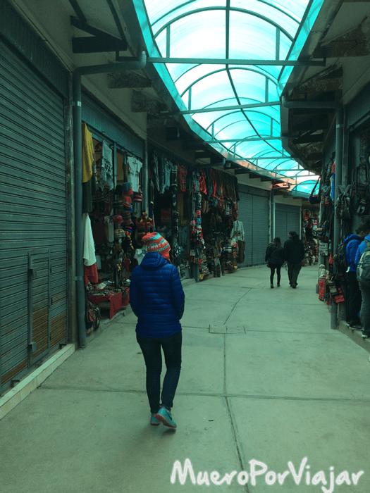 Paseando por el mercado a las afueras de Pisac (hacia mucho frío)