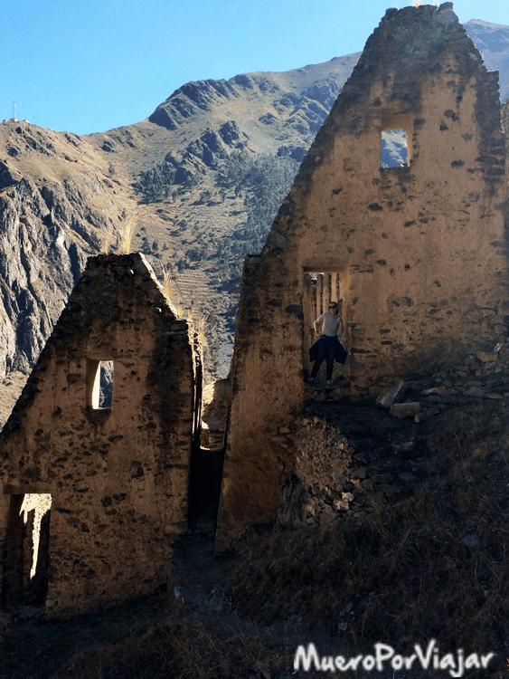 El paseo hasta las ruinas es duro pero allí se puede visir el efecto nevera que buscaban los Incas