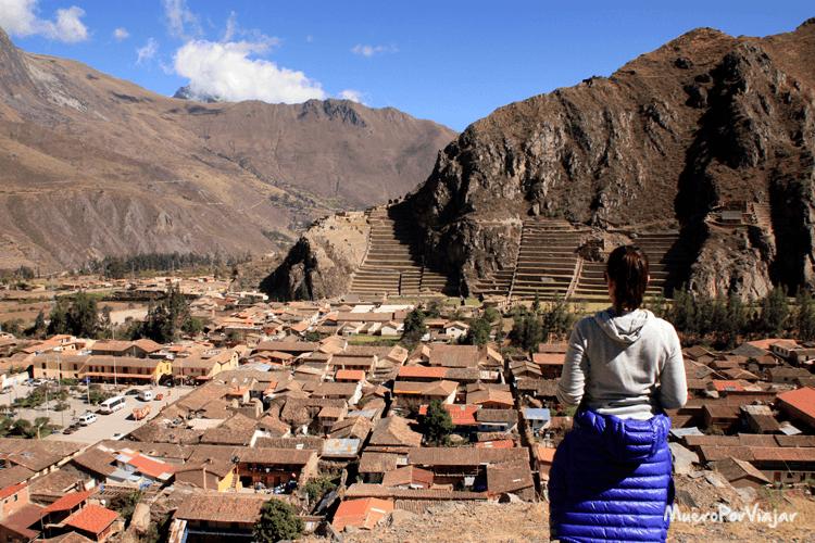 Vista de Ollantaytambo desde lo alto de la montaña