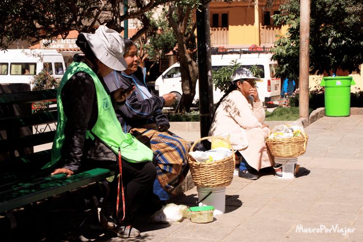 La encargada del teléfono móvil del pueblo ofreciendo sus servicios