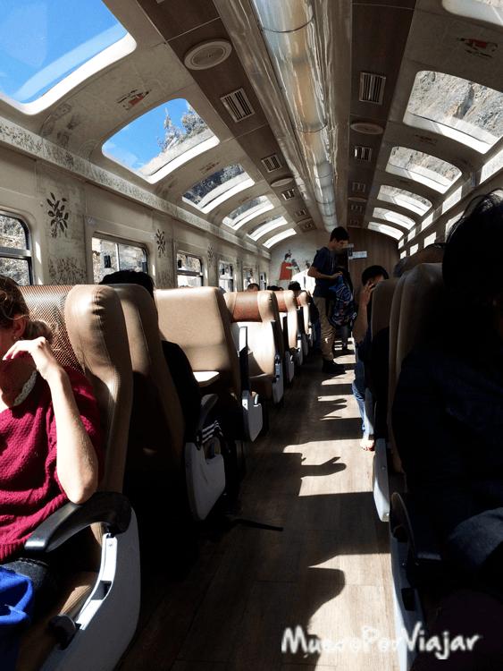 El interior del tren de Perurail es muy cómodo y tiene ventanas en la parte superior para ver el paisaje
