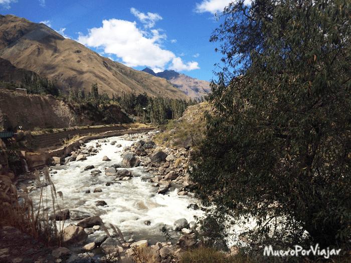 Vistas muy bonitas del río Urubamba desde el tren