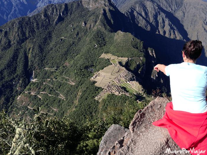 Se puede observar toda la montaña del Machu Picchu, incluso el camino que te lleva en el bus hasta la ciudad