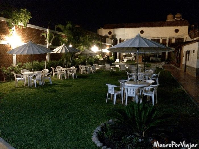 Exterior del Hotel Oro Viejo, con un jardín muy amplio