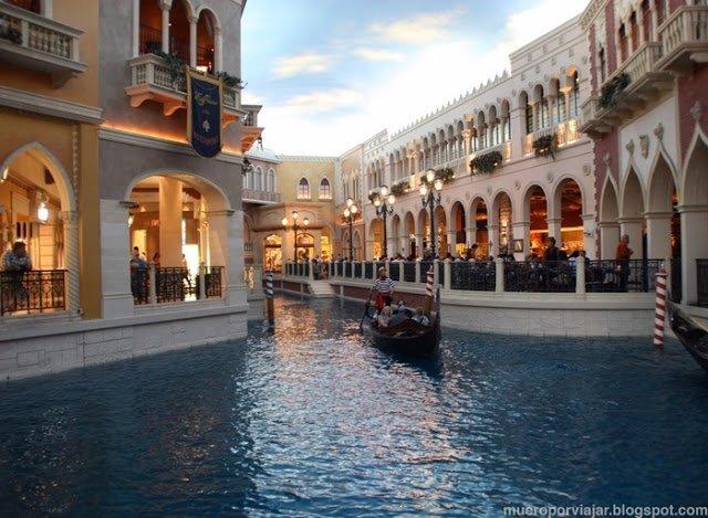 El Hotel Venetian tiene un canal navegable en su interior!