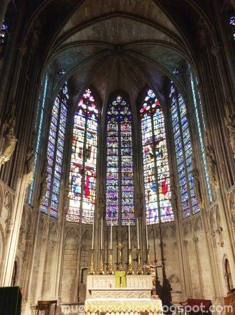 Interior espectacular de la Basílica de Saint-Nazaire en Carcassonne