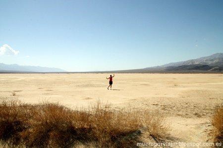 Posando en uno de los muchos desiertos que te encuentras en la carretera hacia Death Valley