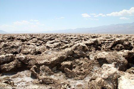 El terreno de Devil's Golf Course es tan seco que esta agrietado y levantado
