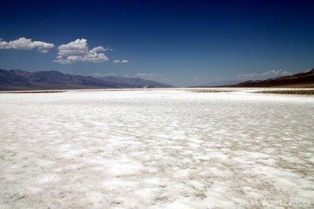 El suelo de Bad Water esta formado totalmente por sal, del agua evaporada por la intensidad del sol que siempre hay