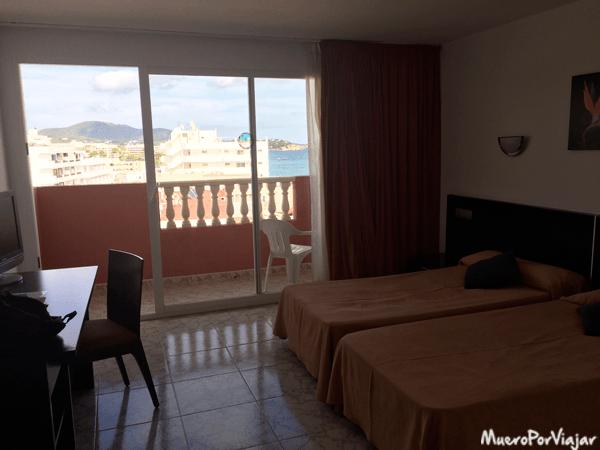La habitación dispone de bolcón con vistas al mar
