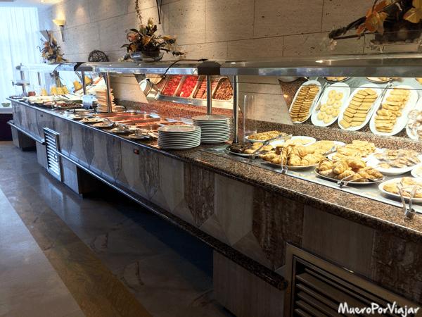 El buffet del hotel tiene bastante cosa para elegir