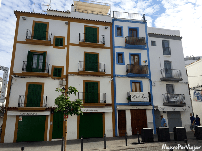 Los edificios de Ibiza lucen muy pintorescos, acorde con el espíritu de la isla