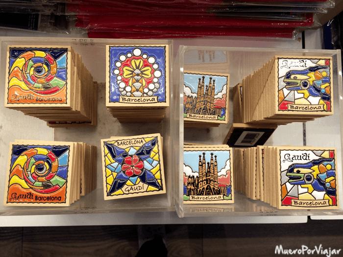 Souvenirs estilo Gaudí muy bonitos en la tienda de la Sagrada Familia