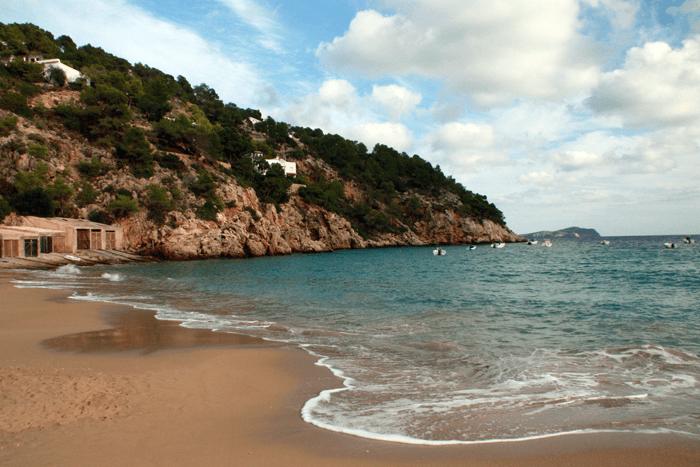 Las playas de Ibiza son verdaderos paraísos, los colores son muy vivos y la sensación de paz es absoluta