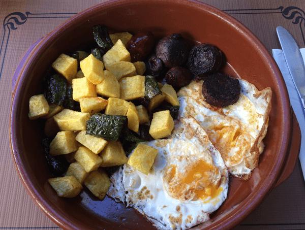 Huevos revueltos con morcilla y patatas en Cafeteria Xicu
