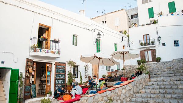 El bar S'Escalinata es muy característico y refleja el espíritu de Ibiza