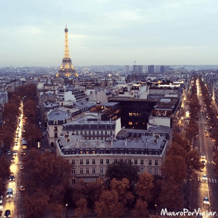 La vista de la Torre Eiffel de París desde el Arc de Trionf es espectacular